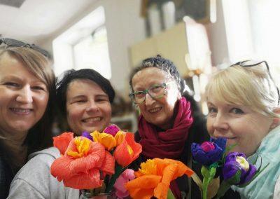 ženske z rožami pred dnevom žena