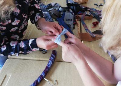 Kravate in stari obešalniki ponovno v uporabo
